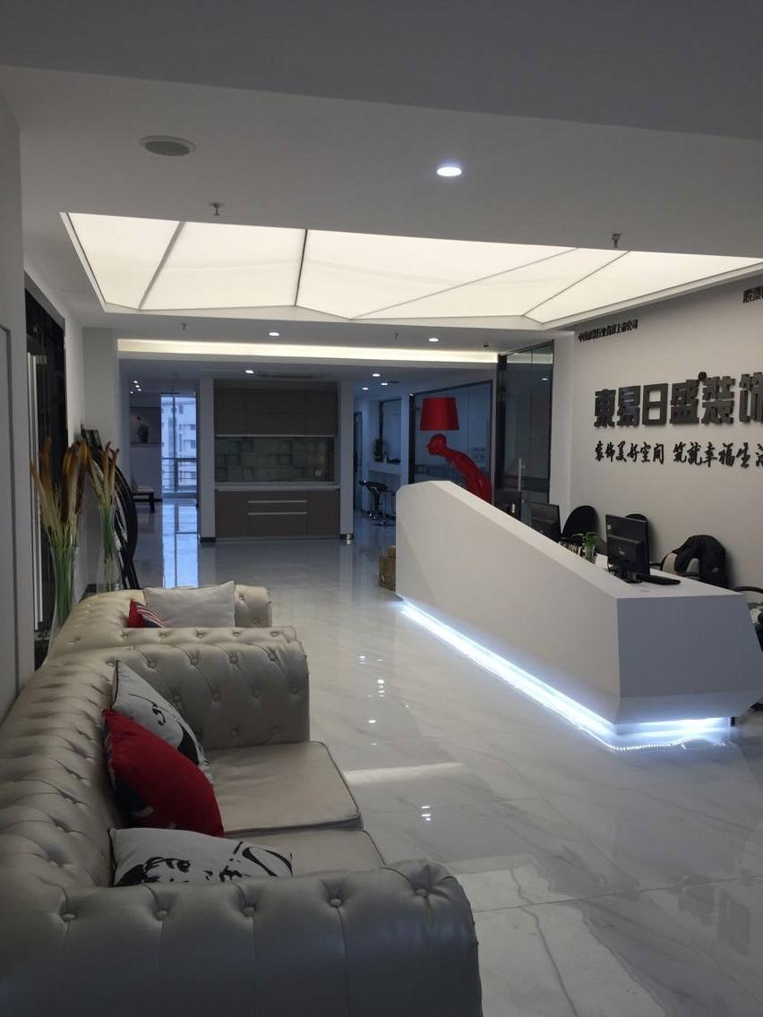 东易日盛装饰青岛分公司成立于2001年,在青岛九年时间,服务过小区近百个,客户两千余户,在业内和客户心中形成了良好的形象和口碑。  2009年,东易日盛装饰以17.25亿连续六次蝉联中国最具价值品牌500强,是装饰行业内唯一一家连续六次蝉联的装饰公司,品牌价值在装饰行业内排名最前,高居中国家装领域之首。另外,还两次获得中国特许奖,这是中国特许领域的最高荣誉,也彰显着东易日盛对客户,社会的所做的突出贡献。  2007年,东易日盛装饰集团斥资2亿元打造的世界级木作工厂意德法家木作生产基地