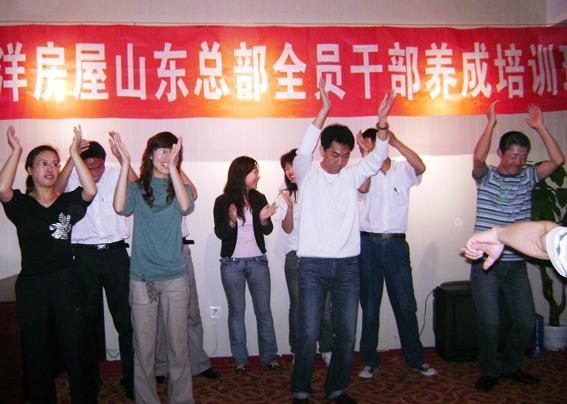 太平洋的诞生 our born 二十世纪六十年代,太平洋建设集团总裁章民强先生在台湾创立了太平洋建设公司。公司自创业以来,在台湾留下了很多优秀的建筑作品,并在业内声誉卓著。 许多朋友在购买了太平洋建设的房屋之后想卖出自己原有的住宅,并向章民强总裁提议开设一家房屋中介公司。当时,章总裁并不在意。直到有一天,章总裁在下班回家的路上,发现路旁有一位老太太在独自哭泣,神情相当悲伤。在章总裁的详问之下,老太太述说出自己的惨痛遭遇。原来老太太看中一套房屋,拿出了自己一生的积蓄,然而由于当时房屋交易的法制并不健全,从